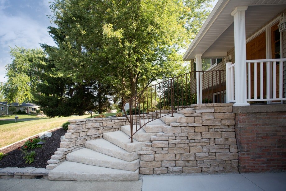 Dimensional steps in fondulac color with Belvedere wall and Belvedere coping