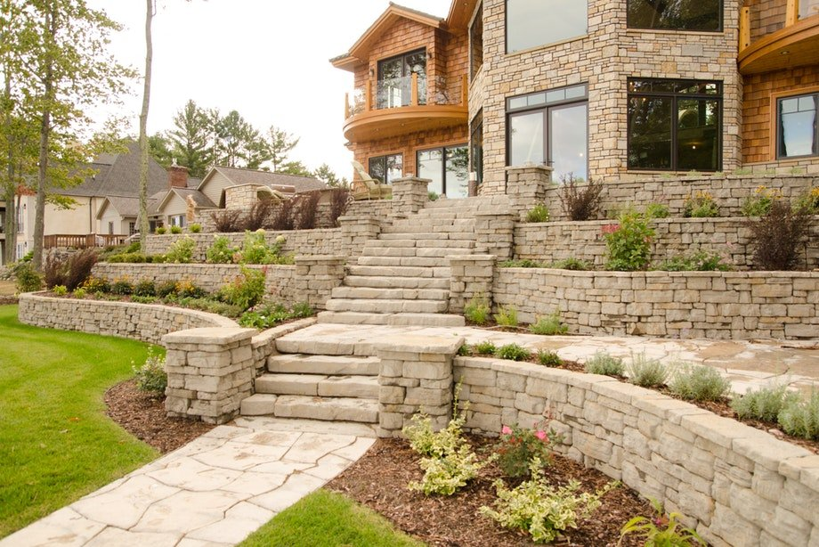 Belvedere wall in fondulac color. Other products show: Grandflagstone, irregular steps and Belvedere coping